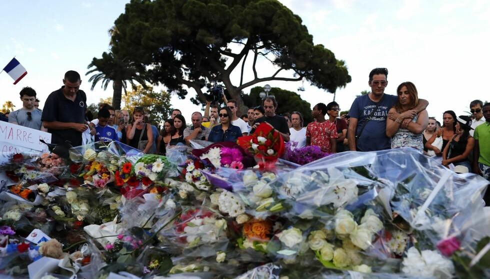 BLOMSTERHAV: I dagene etter terroren i Nice har sørgende samlet seg på Promenade des Anglais for å minnes ofrene. Foto: IAN LANGSDON / EPA / NTB Scanpix
