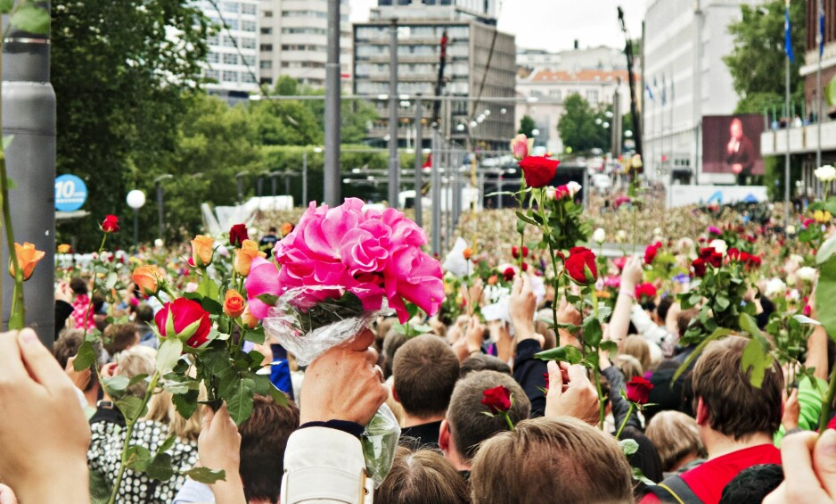 ANTI-OPPGJØR: Rosetoget var symptomatisk for hvordan vi forholdt oss til terrorangrepene: Det var et bevegende uttrykk for samhold i sjokket og sorgen, men ikke et samhold i en ideologisk motreaksjon. Heller enn å ta et oppgjør, hadde vi et anti-oppgjør. Vi vek unna, og vi visste at vi gjorde det, skriver Rune Berglund Steen. Foto: Trond J. Strøm / NTB Scanpix