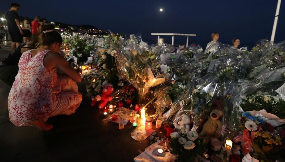 SORG: Frankrike er et land i sorg etter terrorangrepet i Nice torsdag i forrige uke. Nå forlenges også unntakstilstanden i landet. Foto: AFP PHOTO / VALERY HACHE / NTB scanpix