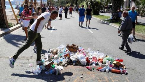 Spytter og kaster søppel på stedet Nice-terroristen døde