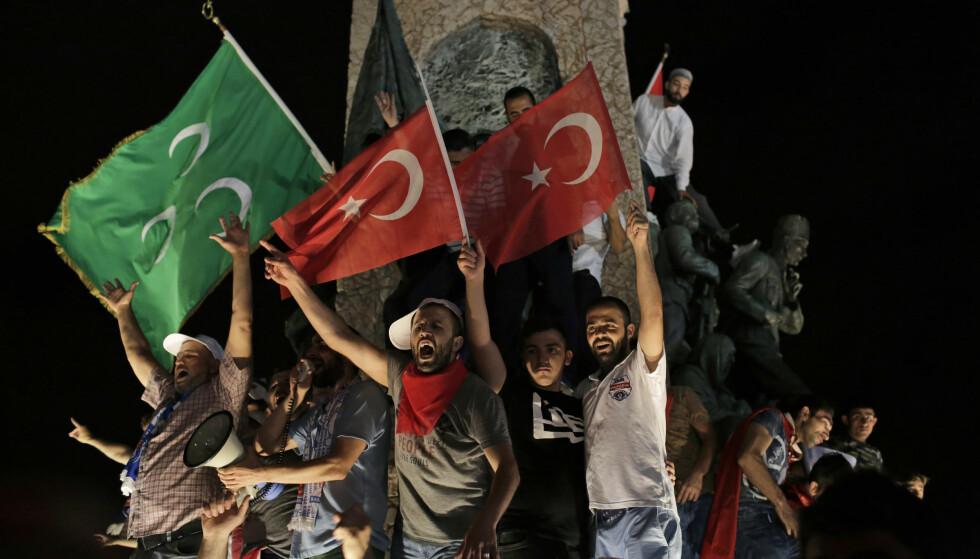 TAKSIM INNTATT: Det torget i Istanbul hvor de sekulære og venstresida har hatt sin politiske samlingsplass er inntatt av president Recep Tayyip Erdogans tilhengere. På det stedet hvor den sekulære landsfaderen Mustafa Kemal hedres, feirer de nå med Tyrkias og det osmanske kalifatets flagg. Tyrkia er i endring. Foto: AP / NTB Scanpix / Petros Giannakouris