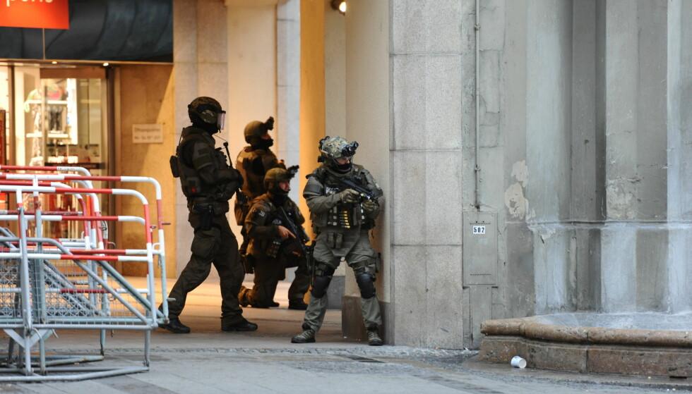STORMET LEILIGHET: Natt til søndag stormet politiet leiligheten til gjerningsmannens foreldre. David Ali Sonboly (18) drepte ni før han drepte seg selv. Foto: Andreas Gebert / AP