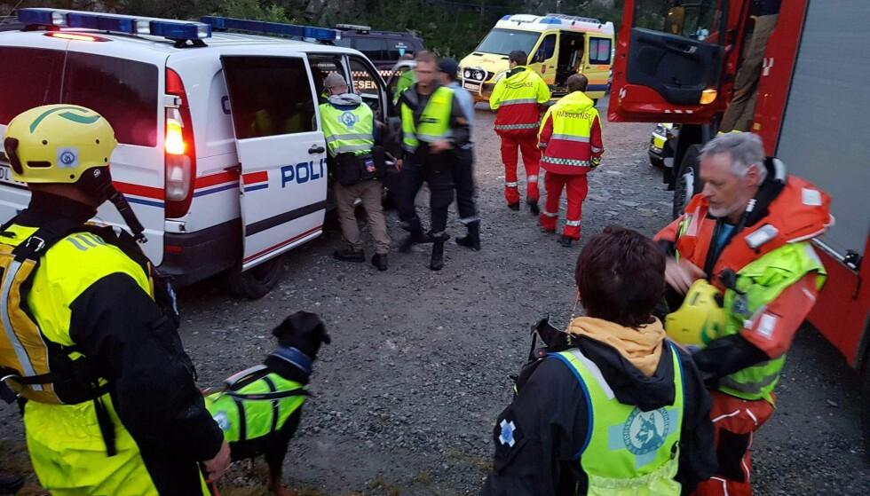 REDNINGSAKSJON: En stor redningsaksjon er i gang etter at en mann har falt i Hivjufossen i Hallingdal. Foto: Norske Redningshunder