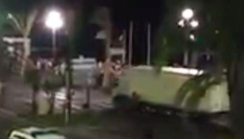 Amatørvideoer viser at lastebilen kjørte inn i folkemengde
