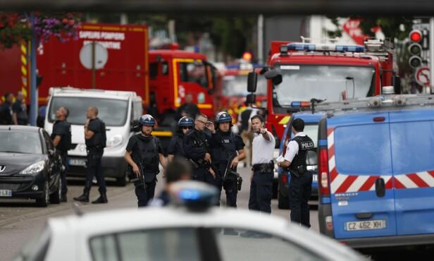 TOK GISLER I KIRKE: Fem personer ble i dag tidlig tatt som gisler i en kirke i Saint-Etienne-du-Rouvray i Normandie. Presten ble drept i angrepet, og de to gisseltakerne ble drept av politiet. Foto: Charly Triballeau / AFP Photo / NTB Scanpix