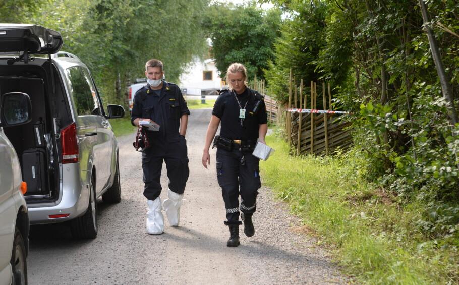 HENTET UT GJENSTANDER: Politiet har i formiddag hentet ut flere gjenstander fra boligen. Foto: Arne V. Hoem / Dagbladet