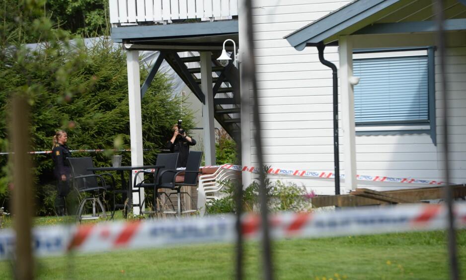 ETTERFORSNING: Politiet gjennomfører tekniske undersøkelser ved boligen til den avdøde mannen i 50-åra. Foto: Arne V. Hoem / Dagbladet