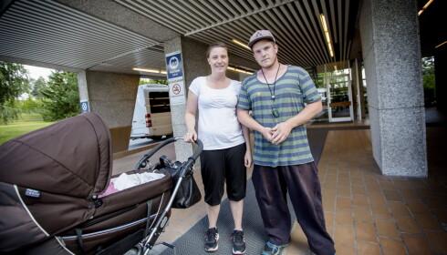 """<strong>LOKALSYKEHUS:</strong> Dagbladet møter foreldreparet Christian Melum (27) og Stine Mari Pedersen (26) utafor sykehuset. Pedersen fødte på sykehuset, og har nå vært inne til sjekk.&nbsp;<span style=""""line-height: 1.5;"""">- Vi er bare fornøyde med sykehuset, sier Pedersen, som synes det er fint å ha lokalsykehus, og hun håper ikke det blir lagt ned. Foto: Anita Arntzen</span>"""