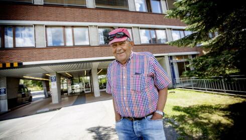 """<strong><div> <span style=""""line-height:</strong> 1.5;"""">- Man får jo inntrykk av at masse mennesker dør, og da må de rykke ut å informere om det. Men man får vel ikke en lege til å innrømme at de gjør feil, sier Morten Rømcke-Moe med et glimt i øye. Generelt har han hatt en god opplevelse med sykehuset, og beskriver den ortopediske avdelingen som en av de beste i Norge. Foto: Anita Arntzen.&nbsp;</span></div>"""