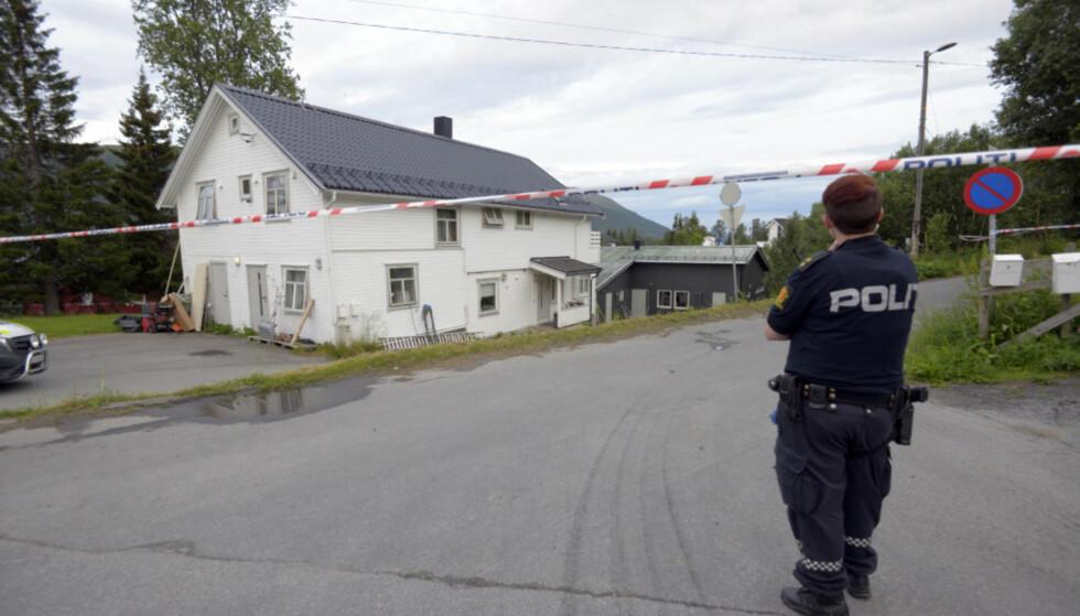 DREPT HER: Politiet mener at kvinnen i 30-åra ble drept i en av boenhetene i det grå huset. Foto: Lars Andersen