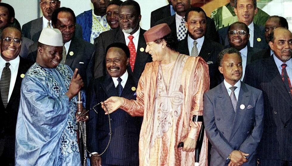TRIPOLI: Under et Afrikanske Union-toppmøte i 1999. Gambias Yahya Jammeh i blå kaftan - den avdøde og avsatte tidligere presidenten i Libya, Muammar al-Gadaffi i oransj. Foto: Georges Merillon/Getty Images