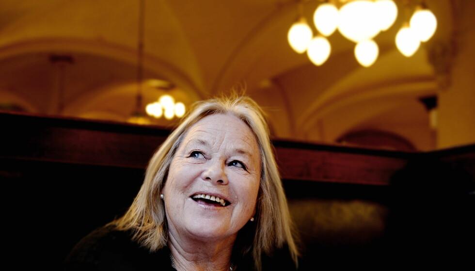 <strong><b>         GA UT BOK:</strong></b> Marianne Ihlen på Teatercafeen i 2008 i forbindelse med lanseringen av sin selvbiografi. Foto: John T. Pedersen