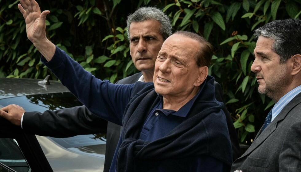 GJENOPPSTANDEN: Tidligere statsminister Silvio Berlusconi forlater sjukehuset San Raffaele i Milano 5. juli etter en smertefull operasjon i hjertet. Da han kom hjem til slottet sitt i Arcore hadde hans barn fjernet den «magiske kretsen» rundt ham og sendt kjæresten i et «gyllent eksil». Foto: Splash News / NTB Scanpix / Fotogramma