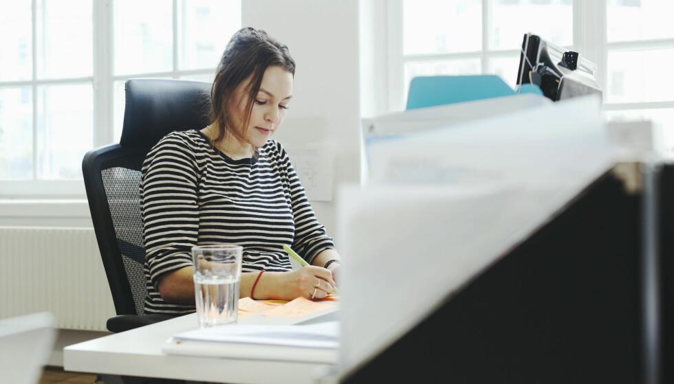 STILLESITTING: Nordmenn sitter stille åtte til ni timer daglig, og arbeidsforholdene er noe av årsaken. Illustrasjonsfoto: Scanpix / Mascot