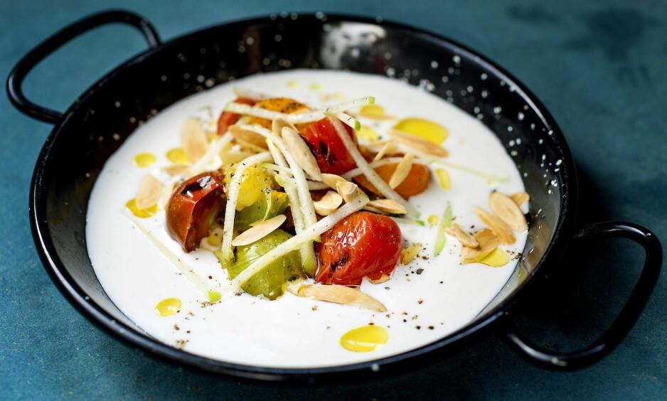 HVIT GAZPACHO: Kalde supper er nydelig og delikat sommermat. Ajo blanco er laget med mandler og hvitløk, og smaker fantastisk godt med lune, grillede tomater oppi.        FOTO: METTE MØLLER