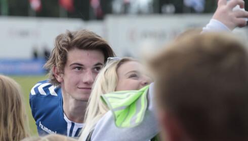 SELFIE: Thomas Hayes fra TV-serien «Skam», sier livet har forandret seg mye etter han ble kjent. Her tar han selfie med fans under onsdagens kjendiskamp på Norway Cup. Foto: Lise Åserud / NTB scanpix