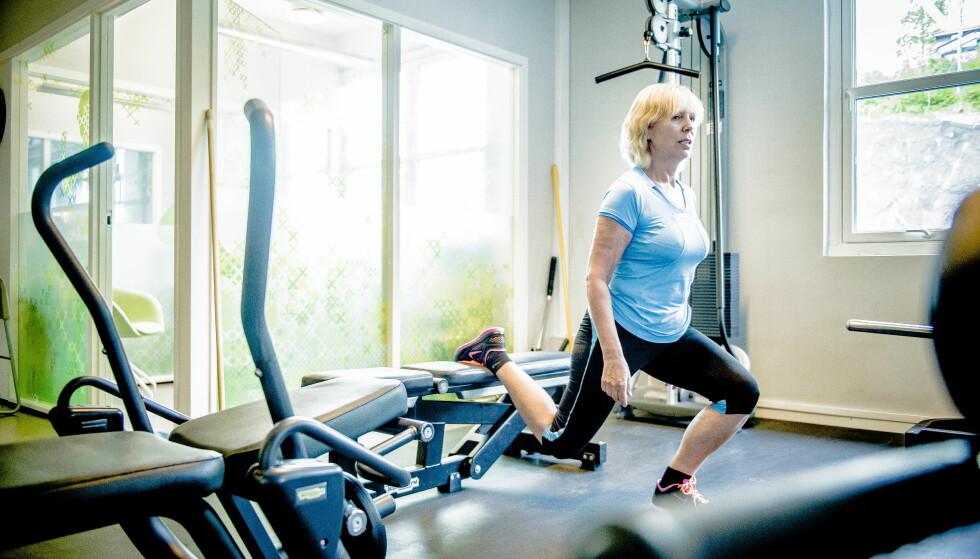 TRENER KNÆRNE: Inger Lise Eng demonstrerer en av øvelsene hun har hatt mest utbytte av. Bulgarsk utfall er en ett-bens knebøy der den bakre foten hviler på en benk. Den gir stabilitet, balanse og styrket støttemuskulatur. Foto: Thomas Rasmus Skaug