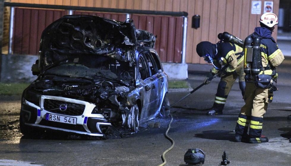 TOTALØDELAGT: Klokka 23.20 fikk politiet i Malmø melding om en politibil som brant i boligområdet Lindängen. Foto: Johan Nilsson / TT / Kod 50090