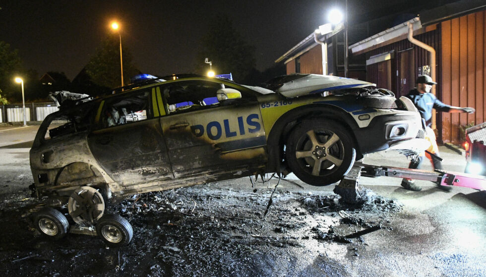 NESTEN UTBRENT: Slik så politibilen ut da den ble berget i Folksångsgatan i Malmö natt til mandag. Foto: Johan Nilsson / TT
