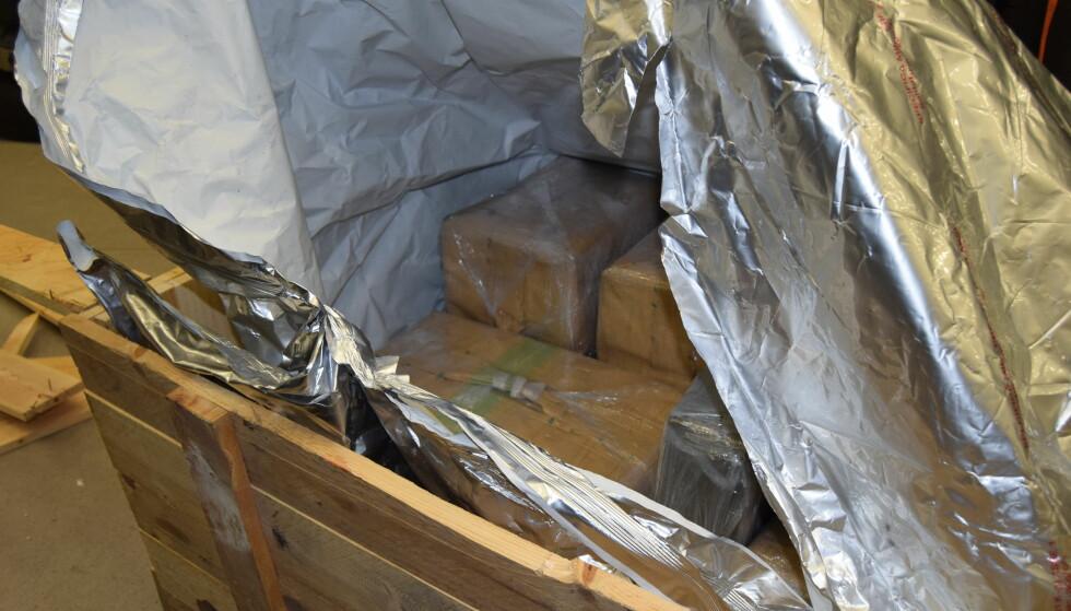 STORBESLAG: I mars avdekket tollere ved på Svinesund 639 kilo hasj i en spansk trailer. Narkotikaen lå i en rekke pappkartonger mellom ordinære varene i lasterommet, og i lasta lå det også to trekasser som senere viste seg å være fylt med hasj. Dette beslaget er det det nest største av hasj noensinne. Foto: Tollvesenet