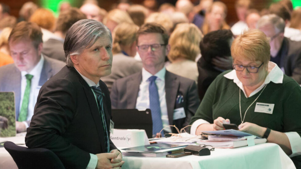 STEMTE FEIL: Nestleder i Venstre, Ola Elvestuen (t.v.) og 2. nestleder Terje Breivik, var blant dem som stemte mot forlsaget partiet egentlig skulle stemme for. Leder Trine Skei Grande tar på seg ansvaret for bommen. Her er de tre på partiets landsmøte i Tønsberg for halvannen uke siden. Foto: Terje Bendiksby / NTB scanpix