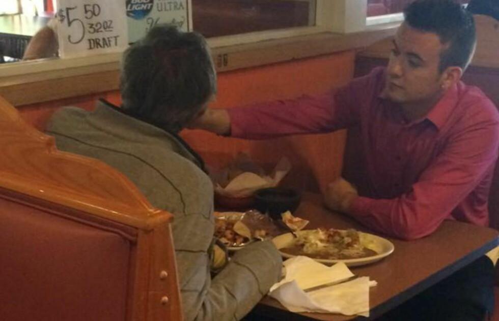 ALEX (22) BLE HVERDAGSHELT: Da en mann uten hender eller proteser kom inn på Cinco de Mayo Mexican Grill-restauranten i Douglasville, Georgia, søndag, måtte servitør Alex Ruis (22) gjøre noe. Foto: Reginald Widener