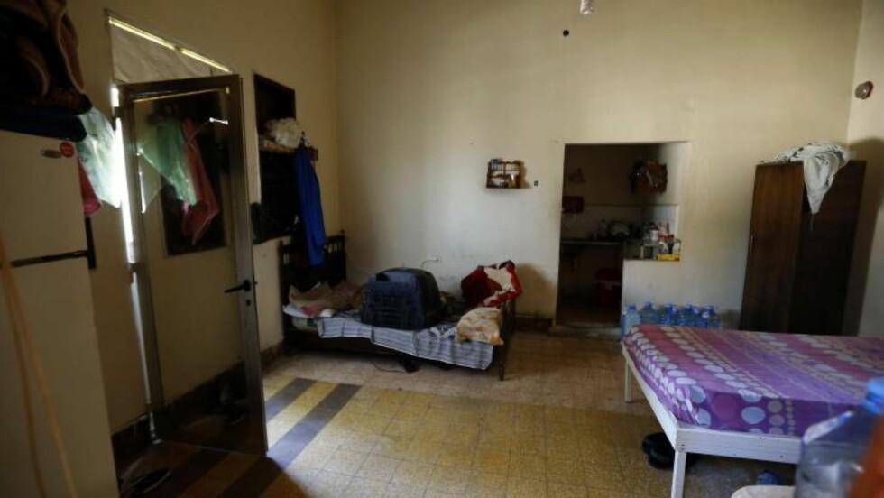 SOM ET FENGSEL: Hele 23 personer er tiltalt for menneskehandel, fysisk og psykisk tortur av kvinnene, holde dem fanget og tvinge dem til prostitusjon. Flere av kvinnene var der i to, tre år. Foto: AFP/JOSEPH EID/NTB SCANPIX