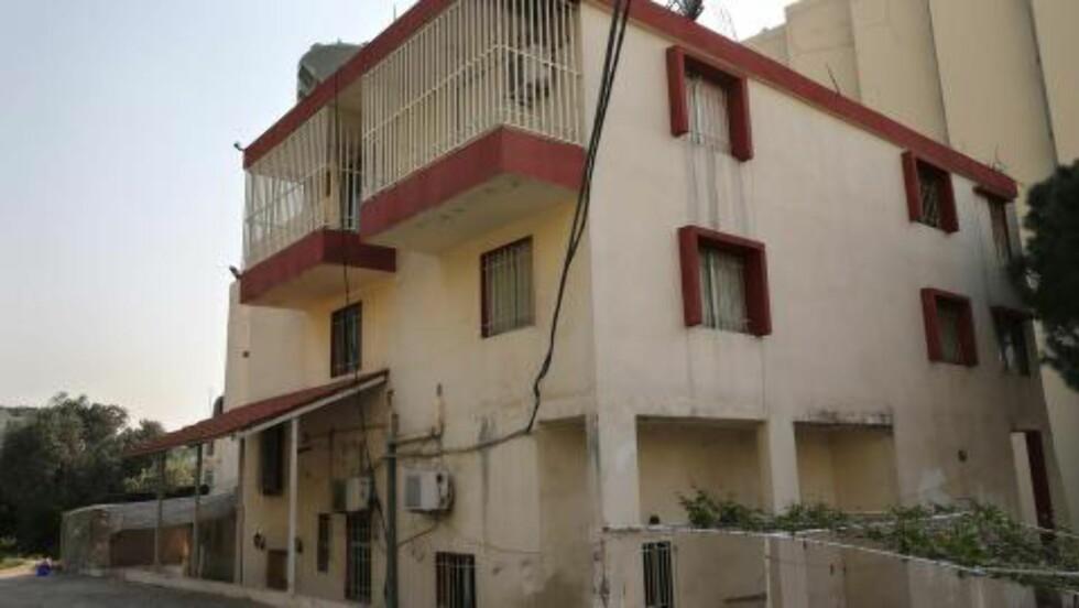 BAK GITTER OG SVARTMALTE VINDUER: Både balkongene og vinduene er dekket med gitter, og vinduene er malte svart - slik at kvinnene ikke engang har hatt tilgang til sollys. Foto: AP/HUSSEIN MALLA/NTB SCANPIX