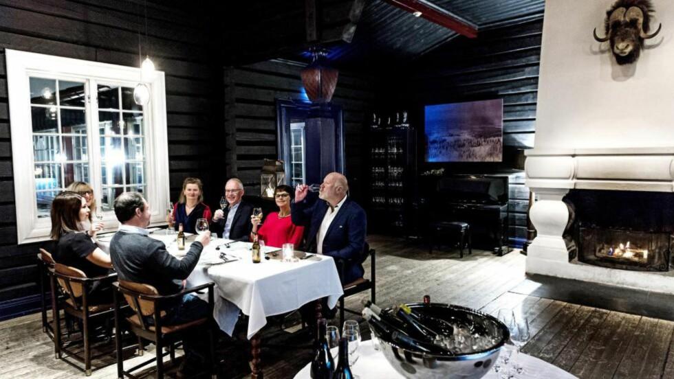 JUBEL I KOLLEN: Robinson og Fredag har lite å utsette på Grefsenkollen restaurant. Utsikten er fantastisk, stemningen god. Totalen endte på rundt 2300 kroner for tre retter, to glass champagne og to halve vinmenyer. Det var det verdt, mener våre anmeldelere. Foto: JOHN T. PEDERSEN