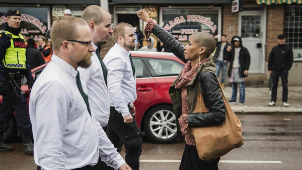FÅTT ENORM OPPMERKSOMHET: Etter at fotograf David Lagerlöf publiserte dette bildet fra den nordiske motstandsbevegelsens demonstrasjon, har det spredt seg som ild i tørt gress. FOTO: DAVID LAGERLÖF / EXPO