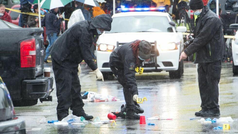 ÅSTED:  Maryland-politiet samler sammen bevis på stedet der en person ble drept og to skadet, da en person skjøt dem fredag formiddag. FOTO: AFP PHOTO / NICHOLAS KAMM / NTB scanpix