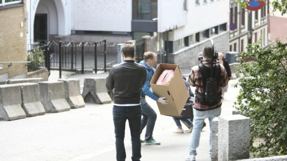 IKKE SPRENGSTOFF:  Politiet bærer bort den tomme kofferten i en pappeske fra gata utenfor den jødiske synagogen på St. Hanshaugen i Oslo. FOTO: NINA HANSEN/DAGBLADET.