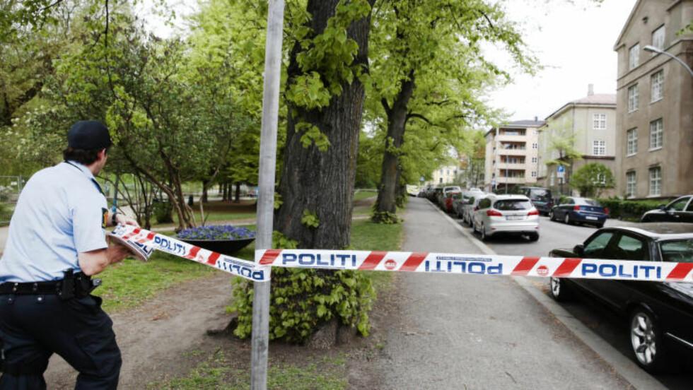 SPERRET AV: Et stort område er sperret av etter at det fredag morgen ble oppdaget en hensatt koffert utenfor synagogen i Oslo. Foto: NIna Hansen / Dagbladet