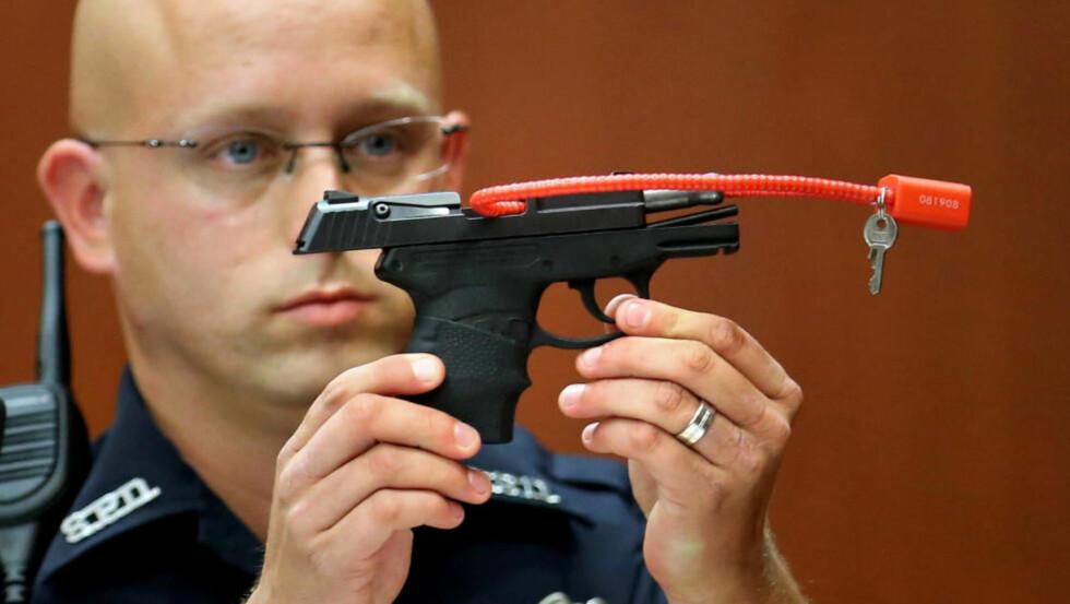 - ET STYKKE AMERIKANSK HISTORIE: En politimann holder her opp Kal-Tec-pistolen George Zimmerman brukte til å drepe Trayvon Martin med i 2012. Nå vil Zimmerman auksjonere bort våpenet, som han kaller «et stykke amerikansk historie». Foto: Joe Burbank / Orlando Sentinel / AP / NTB Scanpix