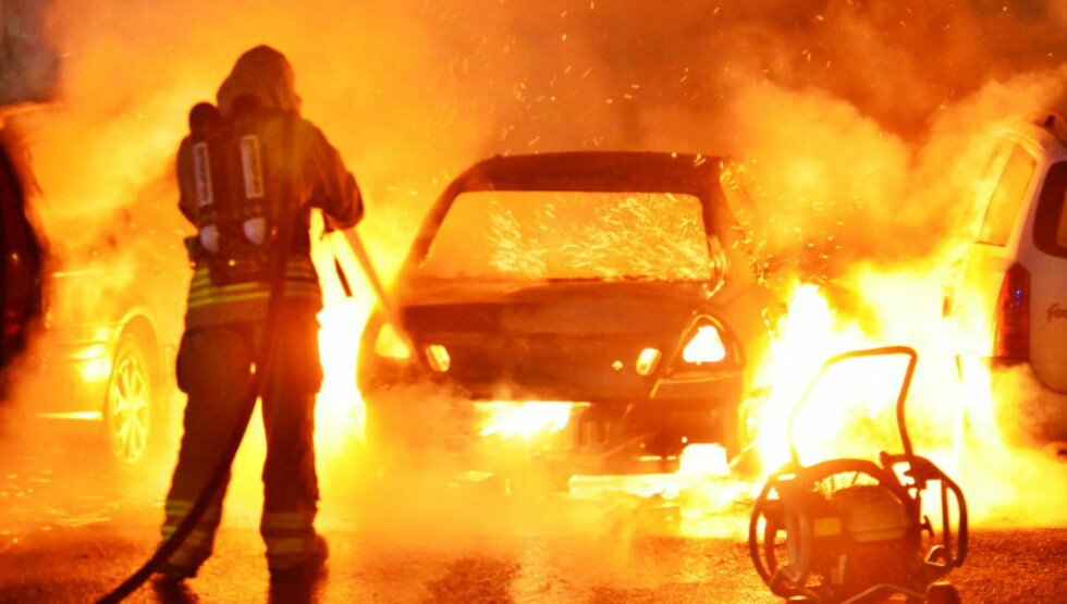 BILBRANNER:  Natt til i dag ble det påsatt ytterligere tre bilbranner i Norrköping. Natt til mandag var det i alt syv bilbranner i den svenske byen. Foto: Niklas Luks / TT / NTB Scanpix