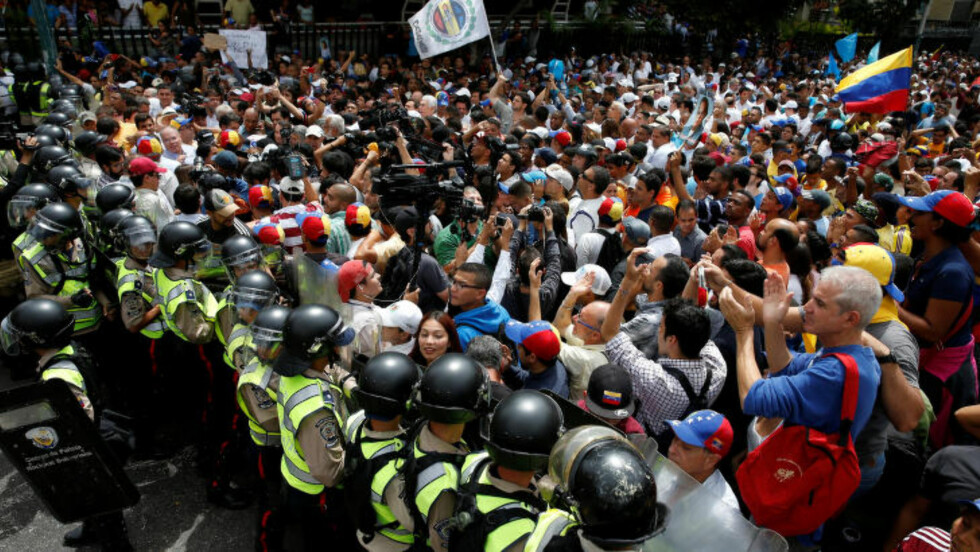 STORE DEMONSTRASJONER: Demonstranter tok til gatene i Venezuelas hovedstad Caracas i dag. Foto:  REUTERS/Carlos Garcia Rawlins