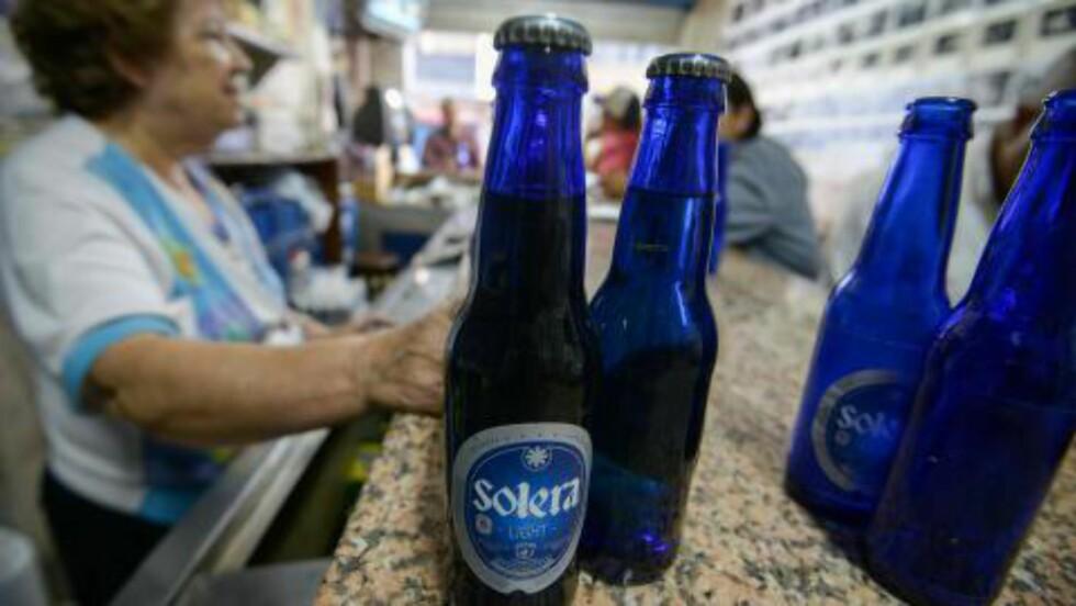 VIRKELIG KRISE: Venezuelas største bryggeri, Polar, som blant annet produserer Solera, stengte fabrikken i slutten av april. De får ikke kjøpt mer bygg fra utlandet fordi de ikke har tilgang på utenlandsk valuta. Foto: AFP PHOTO / JUAN BARRETO