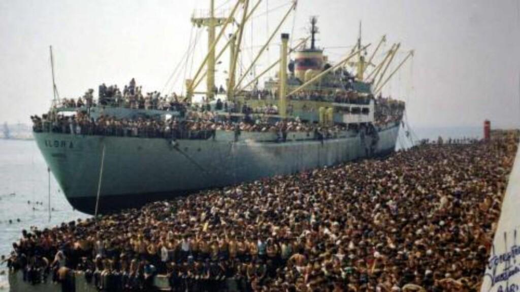 FALSKT: Bildet er ekte, men det viser ikke den syriske flykningkrisen i dag, men albanske flyktninger på vei til Italia i 1991. Et godt eksempel på falsk informasjon som sprer seg lett via sosiale medier.