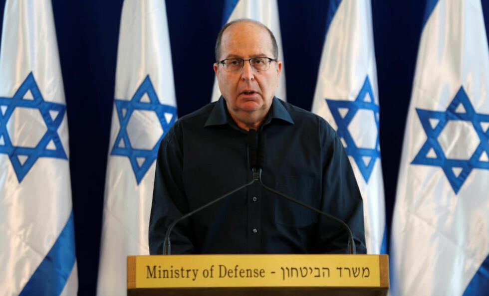 TREKKER SEG:  Israels forsvarsminister Moshe Ya'alon offentliggjorde i dag at han gir fra seg ministervervet. Samtidig varsler han at han kommer tilbake, for å kjempe om et lederverv i landet. Foto: Amir Cohen / Reuters / Scanpix
