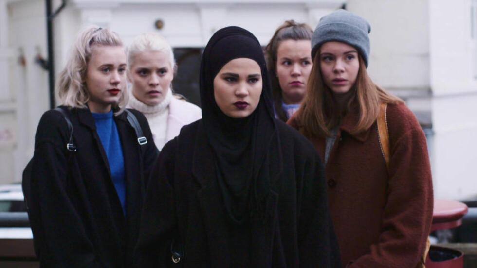 FÅR SKRYT:  «Skam» får nå skryt for å sette voldtekt og overgrep på dagsordenen. Her er seriens hovedpersoner fra sesong to. Foto: NRK