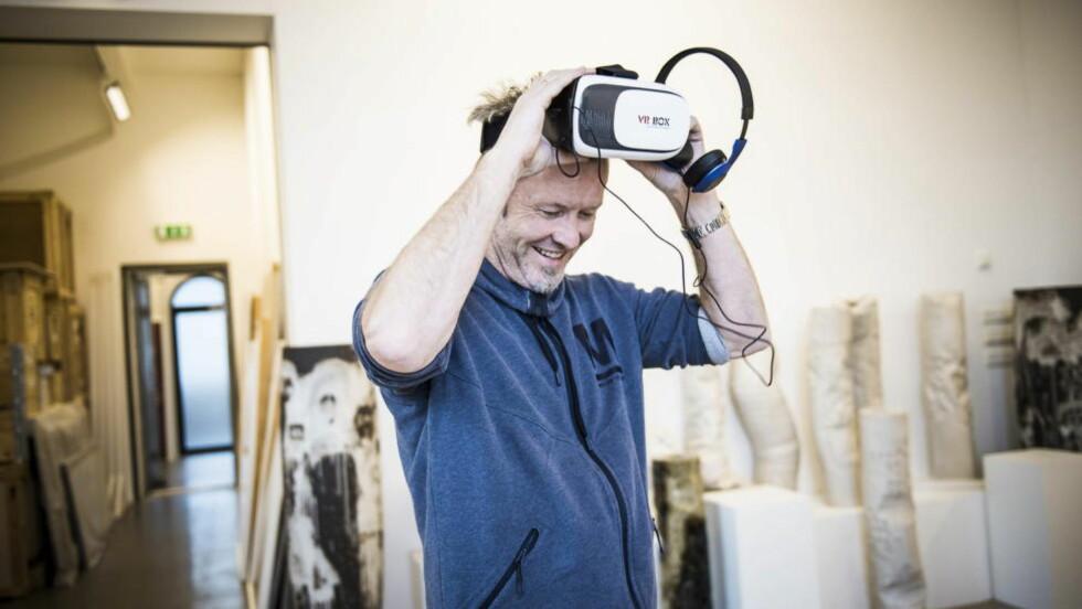 - GANSKE TØFT: Magne Furuholmen tester VR-brillene, og lar seg imponere. Nå ønsker superbandet å gi noe tilbake til fansen. Foto: Lars Eivind Bones / Dagbladet