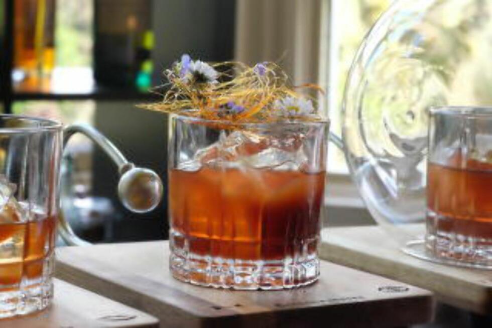 VINNERDRINKEN:Antonio serverte dommerne flere glass av samme drink, med appell til ulike sanser. Glass nummer to var dekorert med spunnet sukker og vakre blomster. Foto: HELLE ØDER VALEBROKK