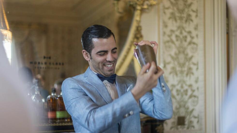 KLASSISK ELEGANT: Den  ferske bartender-norgesmesteren, Antonio Naranjo Nevares, utfører yrket med stil. Har du lyst til å servere cocktail i sommer, er det ingen grunn til å fortvile over manglende utstyr. Du kommer langt med et syltetøyglass med lokk som shaker. Foto: MATT SILLS