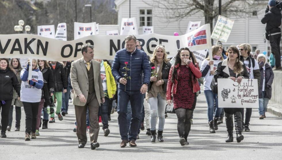 GIKK I TOG: Rundt 300 personer hadde møtt opp i sentrum av Stryn i arpil for å demonstrere mot norske myndigheters behandling av en norsk-rumensk familie. Foto: Ingeborg Refsnes / Dagbladet