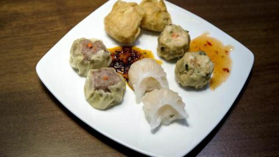 <strong>SMAKSBOMBER:</strong> Kinesiske småretter, såkalt dim sum, kommer ofte som dumplings (en slags ravioli), dampet, pannestekt eller fritert. Foto: BJØRN LANGSEM