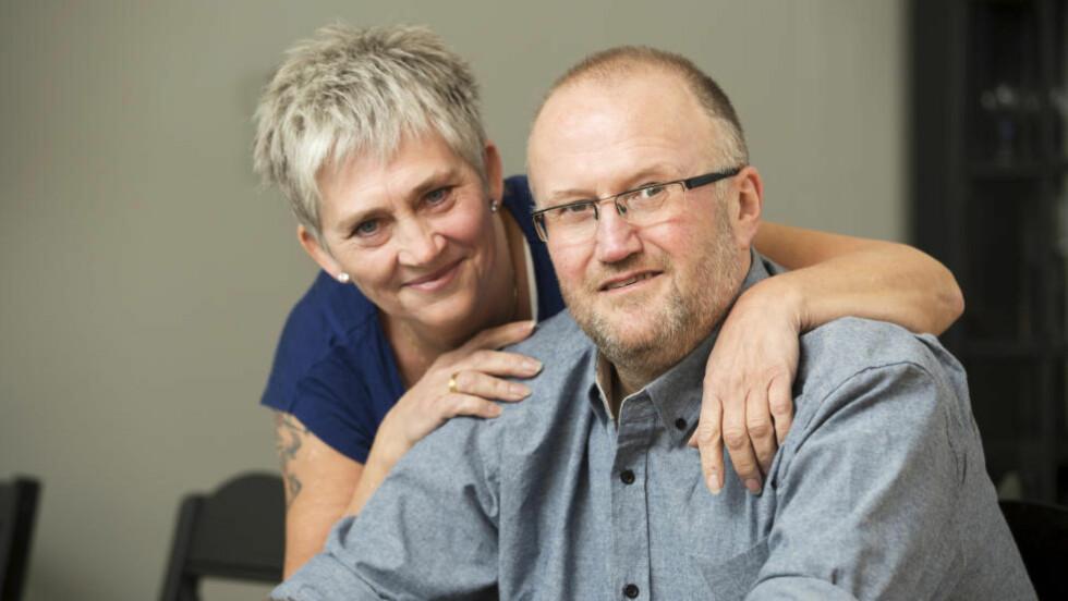 SMERTEFULLT LIV: - Jeg hadde aldri i verden vært i live uten min enestående kone Jane, innrømmer Vidar H. Andersen. Han har diagnosen klasehodepine, ofte omtalt som «selvmordshodepine». Foto: Espen Solli