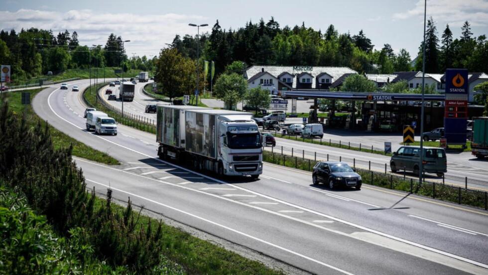 SKAL NED: De borgerlige partiene går inn har vedtatt at de vil ha færre høyutslippsbiler på veiene. Utgangspunktet er vedtatte klimamål og anvisningene fra fagetatene, som går ut på at nye personbiler, bybusser og lette varebiler skal gi nullutslipp fra og med 2025. Innen 2030 er det også som mål at nye tyngre varebiler, 75 prosent av nye langdistansebusser og 50 prosent av av nye lastebiler skal være nullutslippskjøretøy. Foto: Øistein Norum Monsen/Dagbladet.