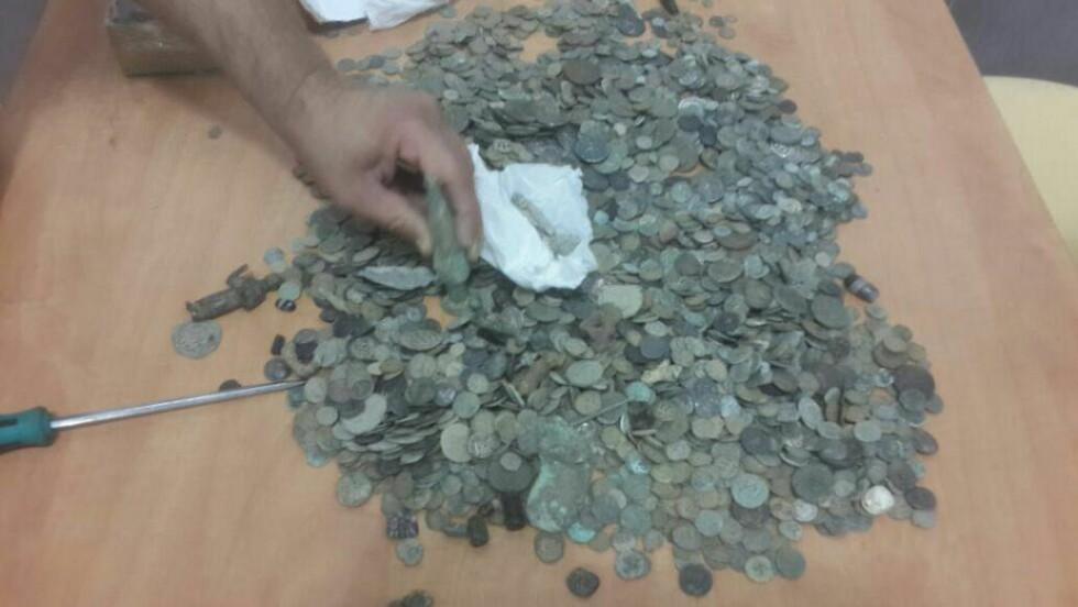 BESLAGLAGT: Det er i hovedsak gamle mynter og noen små skulpturer som er beslaglagt. Foto: Israelske tollmyndigheter