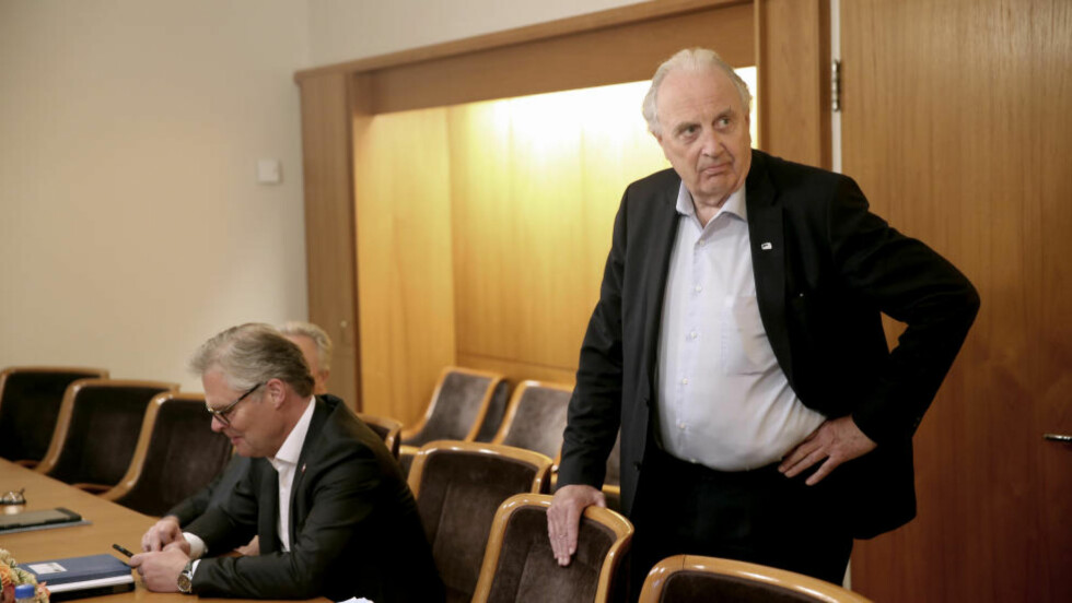 SKJULTE AKSJER:  Svein Flåtten (H), til høyre, eier aksjeposter av stor verdi gjennom investeringsselskapet sitt Flåtten Holden. Her er han sammen med Frp-er Hans Andreas Limi.  Foto: Vidar Ruud / NTB scanpix.