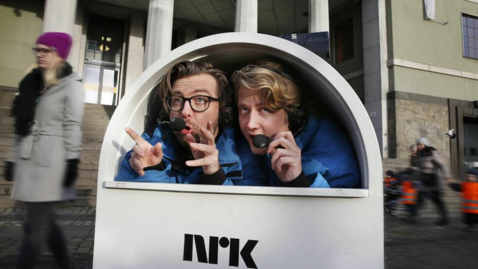 TAR PAUSE: «Underholdningsavdelingen» vil ikke å bli å se på TV til neste år. Her representert ved Martin Beyer Olsen (til venstre) og Christian Mikkelsen i sketsjen «Kommentatorboks». Foto: Ole Kaland / NRK